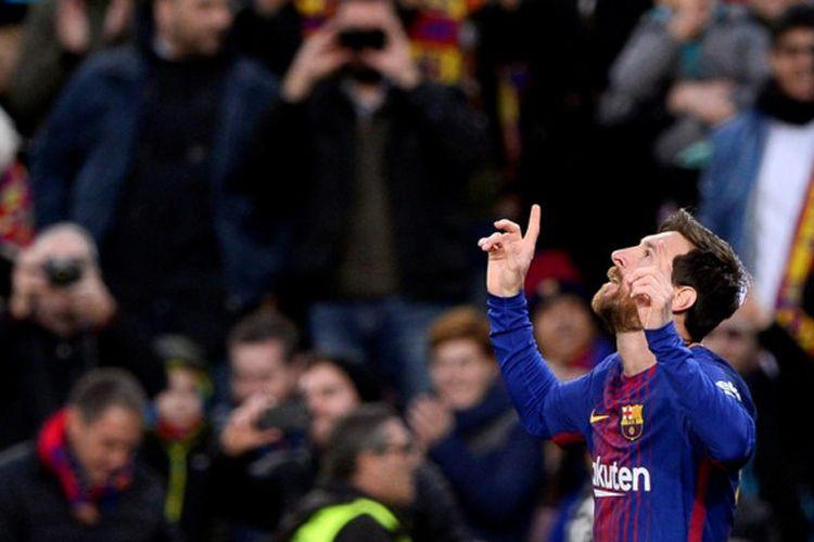Megabintang FC Barcelona, Lionel Messi, merayakan gol yang dia cetak ke gawang Levante dalam laga Liga Spanyol di Stadion Camp Nou, Barcelona, pada 7 Januari 2018.