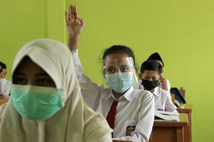 Siswa SDN 131 Kota Jambi sedang belajar tatap muka terbatas di dalam kelas.