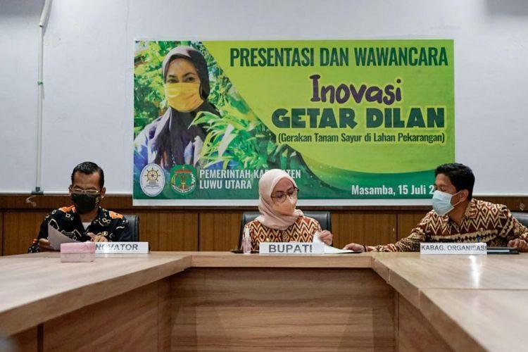 Bupati Luwu Utara Indah Putri Indriani bersama inovator Alauddin Sukri dan Kabag Organisasi Muhammad Hadi saat presentasi dan wawancara inovasi Gerakan Tanam Sayur di Lahan Pekarangan (Getar Dilan).