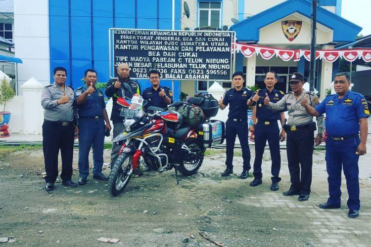 Biker yang tengah dalam misi ke Himalaya, Gunadi (41) sebelum meninggalkan wilayah Indonesia dari Pelabuhan Tanjung Balai Asahan menuju Port Klang, Malaysa, Senin (3/9/2018).