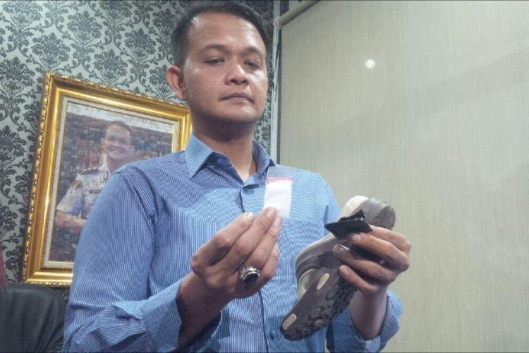 Kasat Narkoba Polrestabes Bandung AKBP Irfan Numansyah gengah memperlihatkan sandal yang telah dimodifikasi sedemikian rupa untuk menyembunyikan sabu. Pelaku S lewat modus tersebut berhasil menyelundupkan sabu ke Lapas Banceuy sebanyak tiga kali.