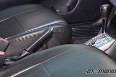 Mobil Terparkir Lama Lebih Baik Pakai Rem Tangan atau Ganjal Ban?
