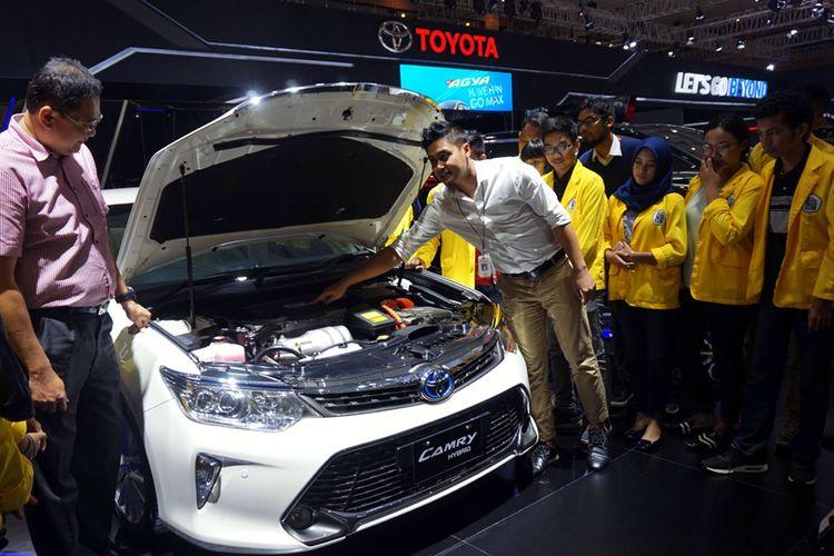 TAM Perkenalkan Teknologi Hybrid ke Mahasiswa—Executive General Manager PT Toyota-Astra Motor (TAM) Fransiscus Soerjopranoto (kedua dari kanan) mendampingi para mahasiswa  Politeknik Negeri Jakarta (PNJ) di booth Toyota saat mendengar penjelasan Produk Knowledge TAM Tommy Hermansyah (kanan) mengenai Teknologi Mobil Ramah Lingkungan berbasis Toyota Hybrid System yang disematkan pada sedan Camry Hybrid, saat penyelenggaraan IIMS 2017, di Jakarta (2/5).  Perkenalan Toyota Hybrid System kepada kalangan mahasiswa ini diharapkan dapat makin meningkatkan kepedulian generasi muda terhadap arti pentingnya membangun lingkungan yang bersih dan lebih baik untuk masa depan.