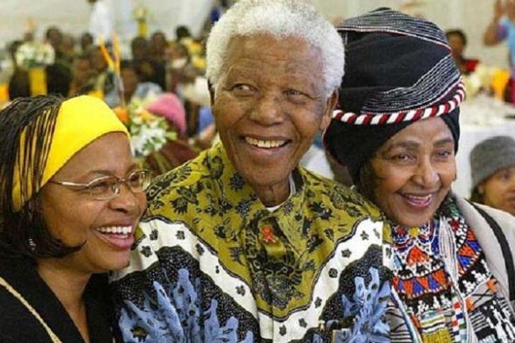 Mantan Presiden Afrika Selatan Nelson Mandela bersama istrinya Graca Machel (kiri) dan mantan istrinya Winnie Madikizela Mandela