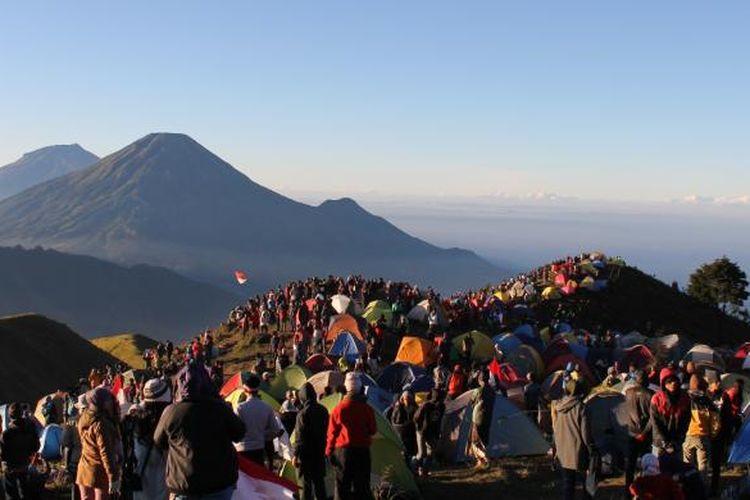 Ribuan pendaki berada di puncak Gunung Prau, Kabupaten Wonosobo, Jawa Tengah
