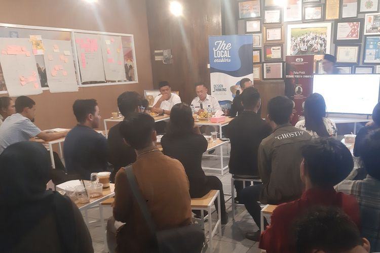 Diskusi publik Teror Virus Corona yang digagas PMII Sumedang membahas seputar isu hoaks seputar COVID-19 di Indonesia, di Skyland Education Park, Jatinangor, Sumedang, Rabu (26/2/2020) sore.