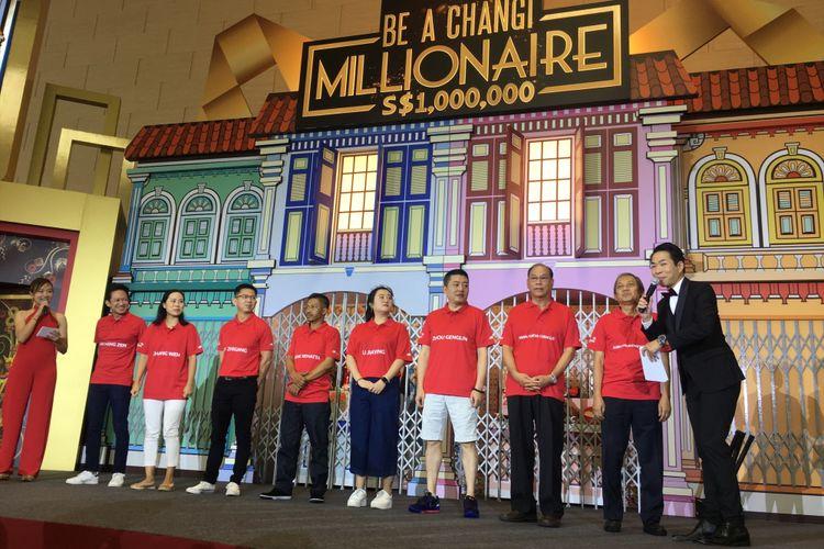 Delapan finalis yang mendapatkan undian lucky draw dalam acara grand final Be A Changi Millionaire untuk mendapatkan hadiah uang tunai satu juta dollar Singapura atau Rp 10 miliar, di Terminal 4 Bandara Changi, Singapura, Minggu (21/1/2018).