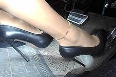 Alasan Wanita Tak Boleh Pakai High Heels Saat Mengemudi