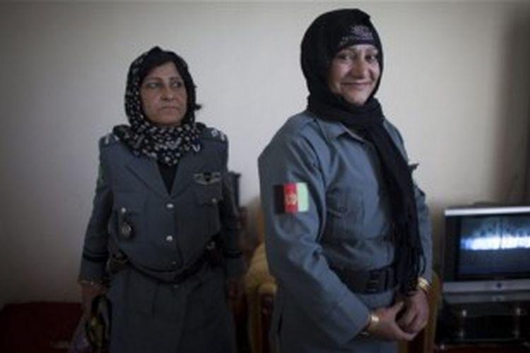 Letnan Islam Bibi (kanan), bergabung dengan kepolisian Afganistan sembilan tahun lalu meski ditentang seluruh keluarganya.