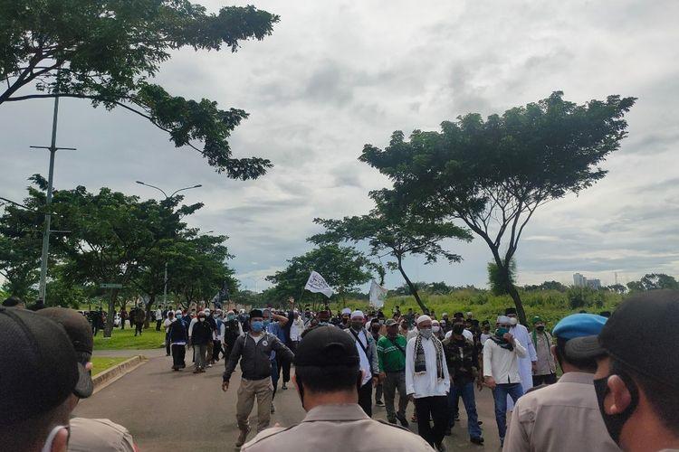 Massa simpatisan Pemimpin FPI Rizieq Shihab mendatangi di kawasan Mapolres Tangerang Selatan, Selasa (15/12/2020)