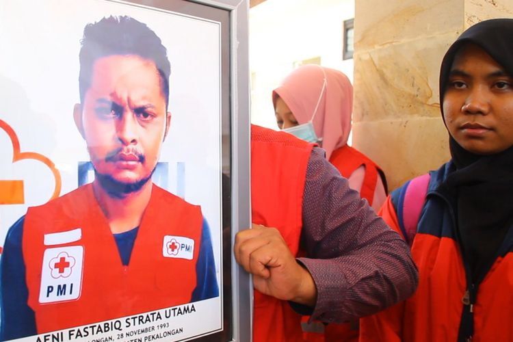 Relawan PMI, Afni  Fastabiqul Strata Utama atau Tata (26) meninggal dunia saat bertugas di Lombok Utara. Jenazah telah dibawa ke kampung halamannya di Pekalongan Jumat sore.