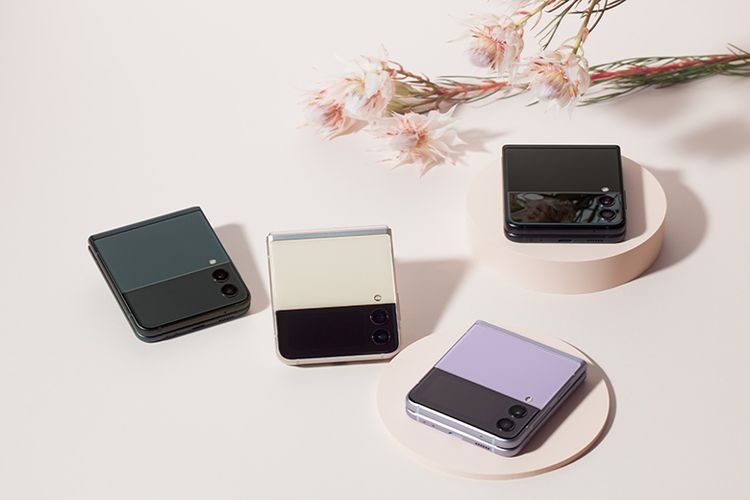Galaxy Z Flip3 tersedia dengan pilihan warna Cream, Green, Lavender, dan Phantom Black