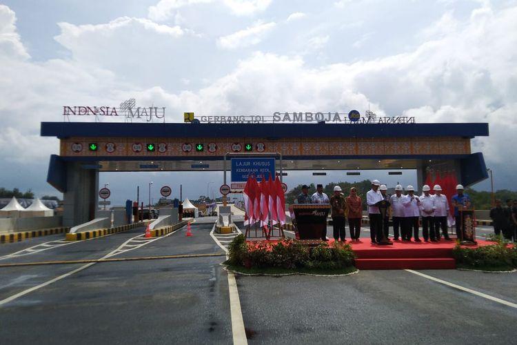 Presiden Joko Widodo saat meresmikan Jalan Tol Balikpapan-Samarinda di pintu Tol Samboja, Kutai Kertanegara, Selasa (17/12/2019).