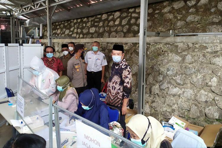 Jajaran Forkompinda Banyumas mengecek lokasi tes cepat antigen di Stasiun Purwokerto, Kabupaten Banyumas, Jawa Tengah, Kamis (24/12/2010).