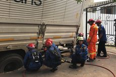Truk Bertonase Besar Terperosok di Jalan Komplek PTB Duren Sawit
