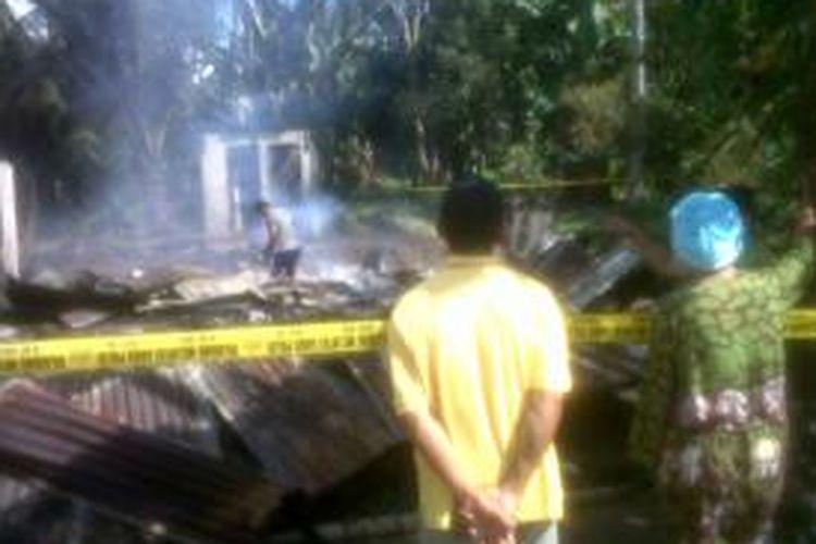 Dua rumah kost di Kelurahan Bailang, Kecamatan Tuminting, Manado hangus terbakar.
