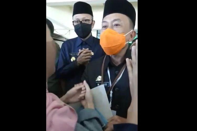 Gubernur Sulsel Nurdin Abdullah (tengah) saat dihadang keluarga Andi Baso Ryadi yang meminta makam istrinya dipindahkan dari pemakaman khusus Covid-19 di Gedung DPRD Sulsel, Senin (20/7/2020).
