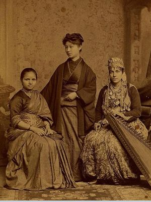 Anandi Joshei lulus dari Womans Medical College of Pennsylvania pada 1886. Dalam foto ini, dia berpose dengan Kei Okami (tengah) dan Tabat Islambooly (kanan). (Wikipedia)