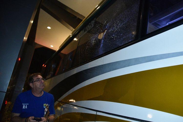 Pelatih Persib Bandung Robert Rene Alberts saat melihat kondisi kaca bus Persib yang pecah akibat dilempar batu oleh sekelompok orang usai laga kontra PS Tira Persikabo, Sabtu (14/9/2019).