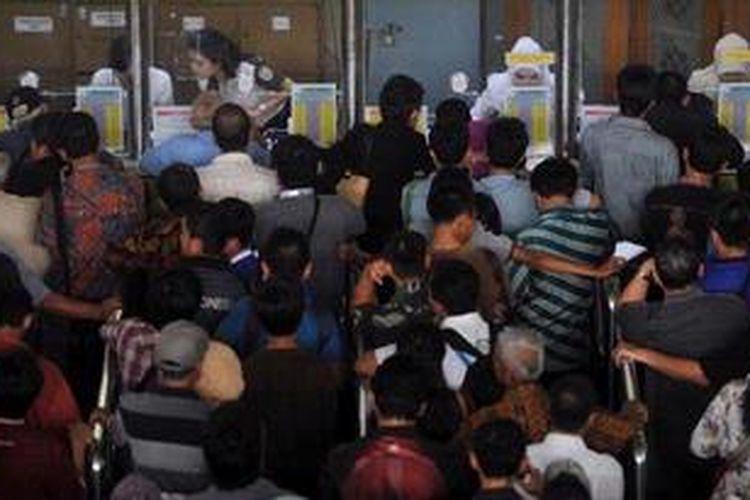 Antrean pembelian tiket kereta api untuk mudik Lebaran di Stasiun Gambir, Jakarta, Selasa (7/5/2013). PT Kereta Api melayani pembelian tiket perjalanan mulai 90 hari sebelum hari keberangkatan. Adanya aturan ini membuat masyarakat mulai memesan tiket kereta jauh-jauh hari.
