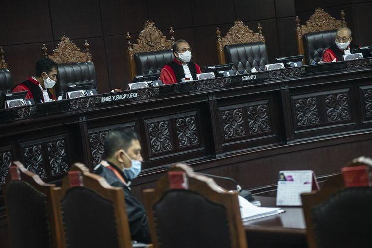 Ketua Majelis Hakim Panel Mahkamah Konstitusi Aswanto (tengah) didampingi anggota Daniel Yusmic Pancastaki Foekh (kiri), dan Wahiduddin Adams (kanan) memimpin sidang Pengujian Materiil Peraturan Pemerintah Pengganti Undang-Undang Republik Indonesia Nomor 1 Tahun 2020 di Mahkamah Konstitusi, Jakarta, Selasa (28/4/2020). Sidang yang beragendakan pemeriksaan pendahuluan tersebut membahas tentang kebijakan keuangan negara dan stabilitas keuangan untuk penanganan pandemi Corona Virus Disease 2019 (COVID-19) dan/atau dalam rangka menghadapi ancaman yang membahayakan perekonomian nasional dan/atau stabilitas sistem keuangan terhadap UUD 1945. ANTARA FOTO/Aprillio Akbar/foc.