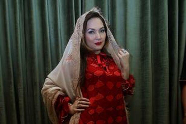 Penyanyi pop Nia Daniaty hadir pada acara peragaan busana muslim kaftan karya Amy Atmanto dalam kegiatan amal bertajuk Act for Humanity; di outlet Royal Kaftan, Tebet Timur, Jakarta Selatan, Kamis (17/7/2014). Fashion show itu merupakan aksi peduli Gaza yang ditunjukkan oleh Amy dengan menggelar koleksi Ied Mubarak-nya.
