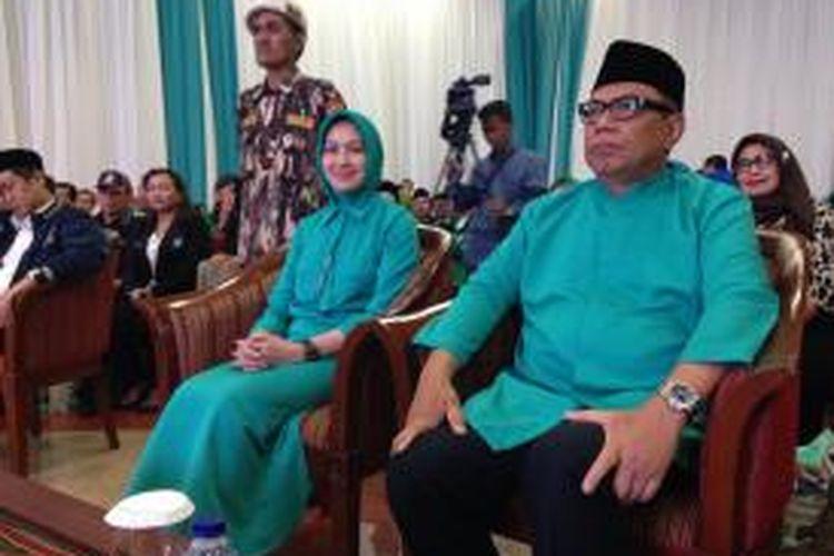 Calon Wali Kota dan Wakil Wali Kota Tangerang Selatan Airin Rachmi Diany dan Benyamin Davnie di acara deklarasi diri mereka untuk maju di pemilihan kepala daerah, Senin (27/7/2015).
