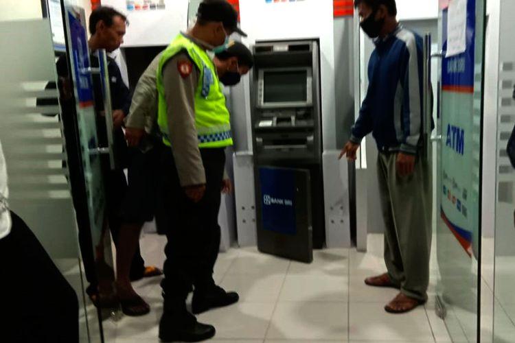Ingin memiliki HP, seorang pelajar masih dibawah umur di Kabupaten Ngawi nekat berusaha membongkat mesin ATM. Upayanya berhasil digagalkan satpam yang mendengar suara palu.
