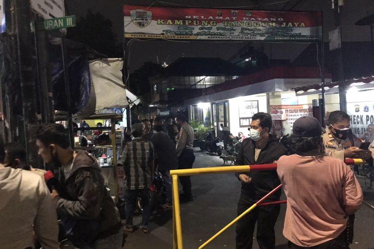 Jalan Petamburan III, Petamburan, Jakarta Pusat untuk sementara ditutup pada Selasa (27/4/2021) malam.