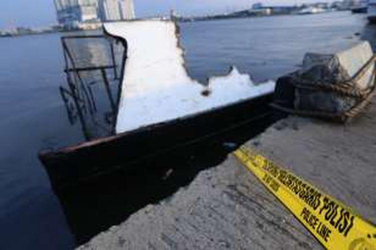 Kondisi kapal penumpang Zahro Express yang terbakar di Muara Angke, Jakarta Barat, Minggu (01/01/2017). Kapal ini terbakar saat menuju Pulau Tidung pada Minggu pagi dan menyebabkan sejumlah korban meninggal dunia.