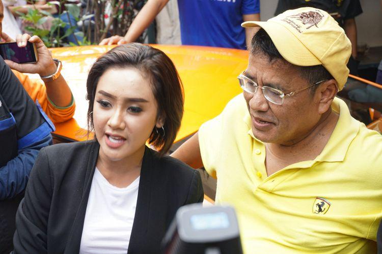 Penyanyi dangdut Cita Citata dan pengacara kondang, Hotman Paris Hutapea saat ditemui di kawasan Kelapa Gading, Jakarta Utara, Minggu (18/3/2018).