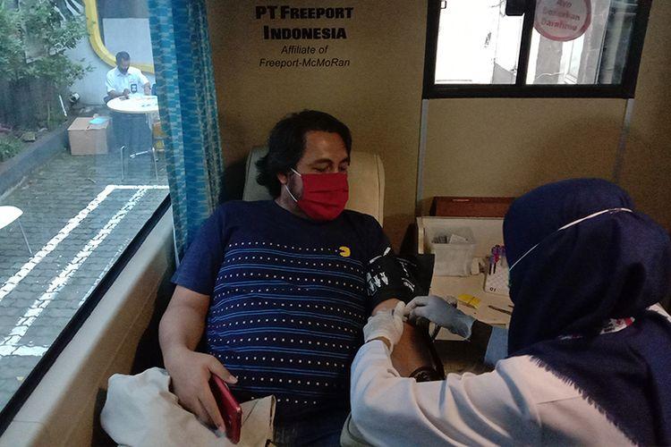 Pendonor yang sedang melakukan donor darah