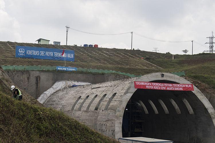 Pekerja melintas di dekat Tunnel Walini saat pengerjaan proyek Kereta Cepat Jakarta-Bandung di Kabupaten Bandung Barat, Jawa Barat, Selasa (14/5/2019). Pembangunan Proyek Kereta Cepat Jakarta - Bandung (KCJB) mencapai babak baru setelah Tunnel Walini di Jawa Barat berhasil ditembus yang pengerjaannya dilaksanakan selama 15 bulan, dengan panjang 608 meter menjadi tunnel pertama dari 13 tunnel KCJB lainnya yang berhasil ditembus.