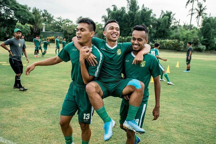 Rachmad Irianto, Irfan Jaya dan Alwi Slamat bercanda di sela-sela Training Center Persebaya Surabaya di Lapangan Yogyakarta Independent School, Rabu (22/01/2020) sore.