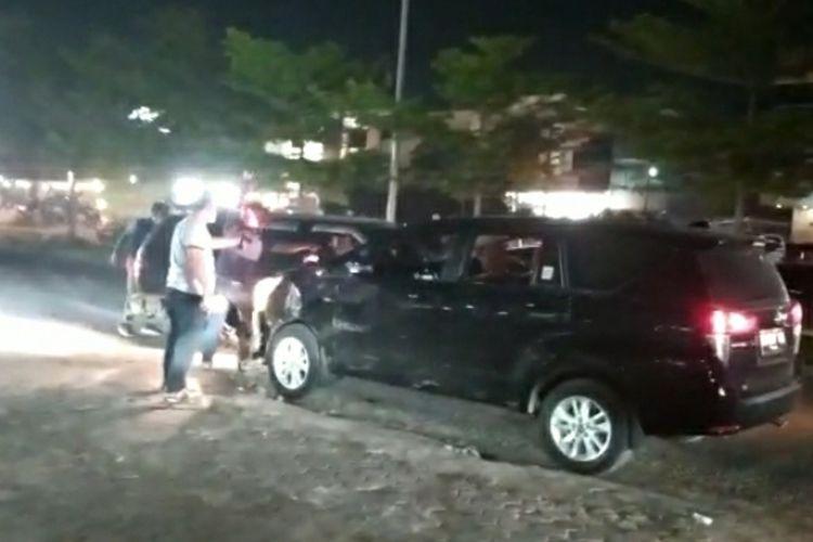 Tangkapan layar video detik-detik penangkapan dua orang pengedar narkoba di Jalan Soekarno Hatta, Kota Pekanbaru, Riau, Jumat (23/10/2020) malam.