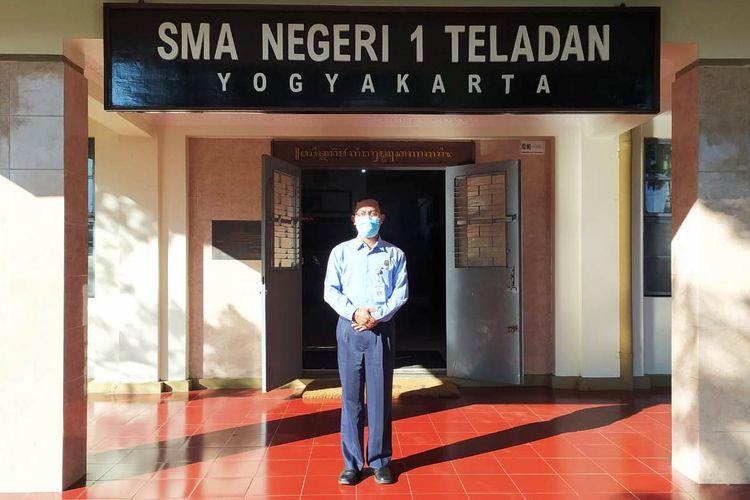 Kepala SMAN 1 Teladan Yogyakarta Drs. Miftakodin, MM., berada di depan pintu masuk sekolahnya.