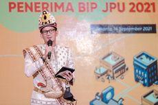 Baju Adat Gorontalo, Pakaian Menparekraf Sandiaga saat Penyerahan Bantuan Kemenparekraf