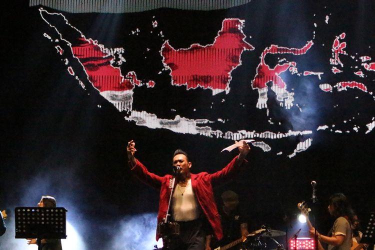 Jerinx SID berpuisi dalam konser Iwan Fals & Band Aku Cinta di Ecopark Ancol,Jakarta Utara, Sabtu (30/3/2019).