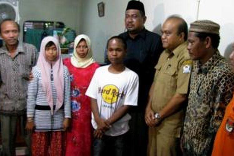 Bupati Aceh Barat HT Alaidin saat menengok keluarga Jamaliah yang sudah menemukan kedua anaknya setelah hilang 10 tahun akibat tsunami.