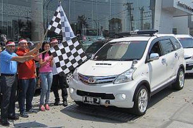 Operasional Manager Nasmoco Wilayah Utara Pribadi Dian (kedua dari kiri) dan PR Manager Toyota Astra Motor Rouli Sijabat sedang melepas peserta Avanza Pop You Up di dealer Nasmoco, Semarang, (1/11/2014)