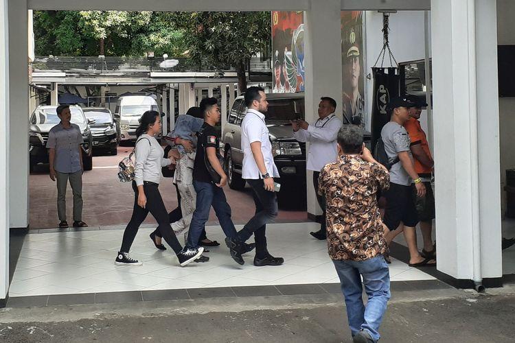 Ibra Azhari (kenakan baju tahanan) dan Medina Zein (kenakan piama putih) dibawa ke Puslabfor Polri untuk jalani tes urine di Ditresnarkoba Polda Metro Jaya, Semanggi, Jakarta Selatan, Senin (30/12/2019).