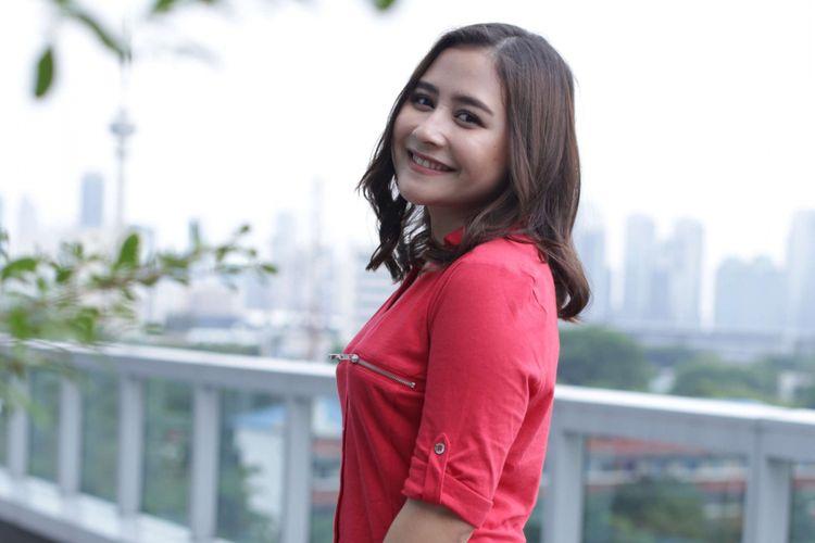 Artis peran Prilly Latuconsina berpose di sela-sela media visit promo film Matt & Mou di Menara Kompas, Palmerah, Jakarta, Senin (14/01/2019). Film arahan sutradara Monty Tiwa tersebut akan tayang pada 24 Januari 2019 mendatang.