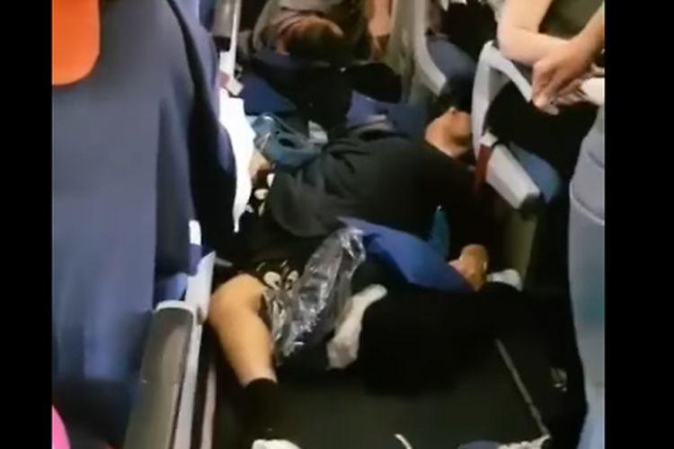Beberapa penumpang tampak tergeletak di lorng kabin pesawat Aeroflot setelah diguncang turbulensi.