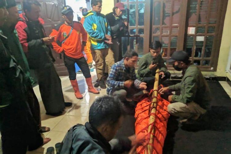 Seorang pendaki asal Jakarta bernama Mauludin Saputra (17) dievakuasi Tim SAR saat mendaki Gunung Slamet via jalur Bambangan, Purbalingga, Jawa Tengah, Minggu (1/11/2020).