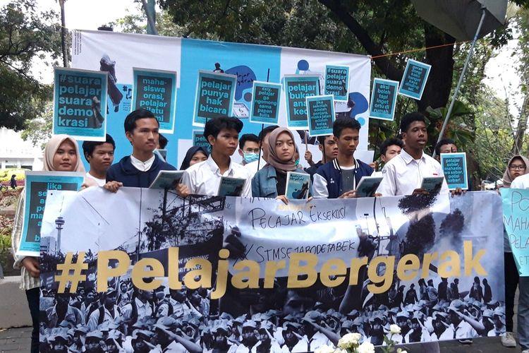 Sejumlah aliansi lintas pelajar yang tergabung dalam #PelajarBergerak gelar aksi solidaritas dan bagi-bagi bunga mawar putih di Taman Suropati, Menteng, Jakarta Pusat, Senin (30/9/2019)