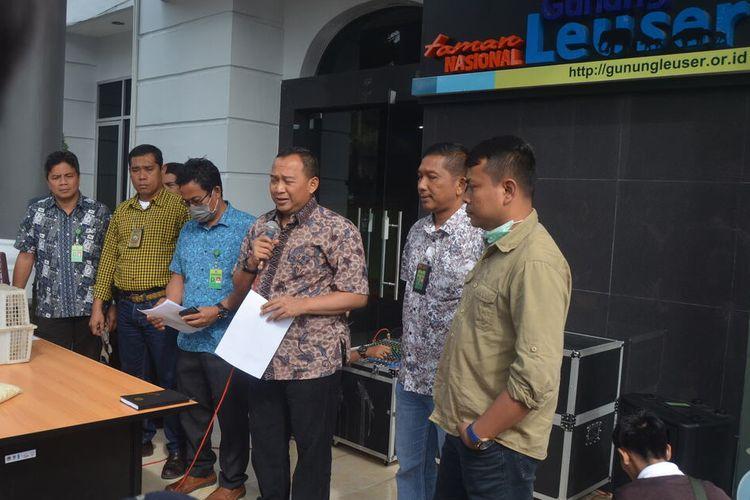 Kepala BBTNGL, Jefri Susiafrianto (memegang mik) mengatakan dua bayi orangutan berhasil diamankan oleh timnya di rumah R di Dusun Kwala Nibung, Desa Pulau Rambung, Kecamatan Bahorok pada Kamis (9/1/2020).