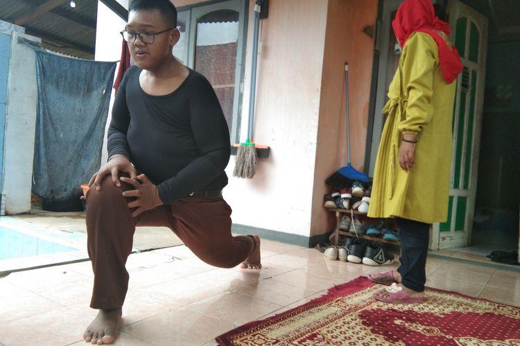 Arya Permana (14) saat melakukan olahraga ringan di rumahnya, Desa Cipurwasari, Kecamatan Tegalwaru, Kabupaten Karawang, Jumat (24/1/2020).