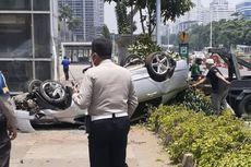 Mobil Tabrak Separator dan Terbalik di Depan Polda Metro Jaya
