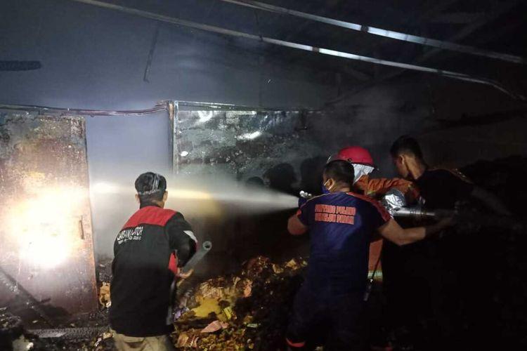 Sebuah toko kelontong milik salah satu warga di Desa Sambirejo, Kecamatan Wirosari, Kabupaten Grobogan, Jawa Tengah ludes terbakar, Senin (11/5/2020) malam.