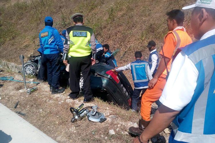 MASUK PARIT--Inilah kondisi mobil BMW masuk parit setelah mengalami pecah ban di ruas tol Madiun-Surabaya KM 630. Akibat kecelakaan itu, satu orang meninggal di lokasi.